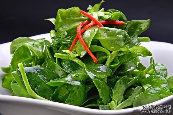 """对于隔夜菜来说并非是所有的都不能吃,针对以下几道不能隔夜吃的菜是经过研究后才拿出来分享其中缘由给大家的。近日一个关于""""隔夜菜致癌""""的话题很是被众多人关注,要说这隔夜菜到底多长时间算呢?据常规分析8-10小时的菜就属于隔夜菜。 那么这""""隔夜菜致癌""""的说法也不无道理,分析有二(1、因为食物中的化学物质产生了致癌物,如亚硝酸盐,即使加热也不能去除)(2、放置时受到了外来细菌的二次污染),那么大家就要高度警惕了,吃不完也别留着。特别是下面几道隔夜菜回锅炒会导致其中的"""